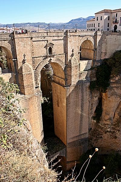 Vertical ronda bridge